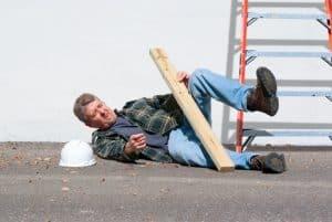 צילום של פועל בניין מבוגר, שכנראה נפל מסולם הנמצא לידו